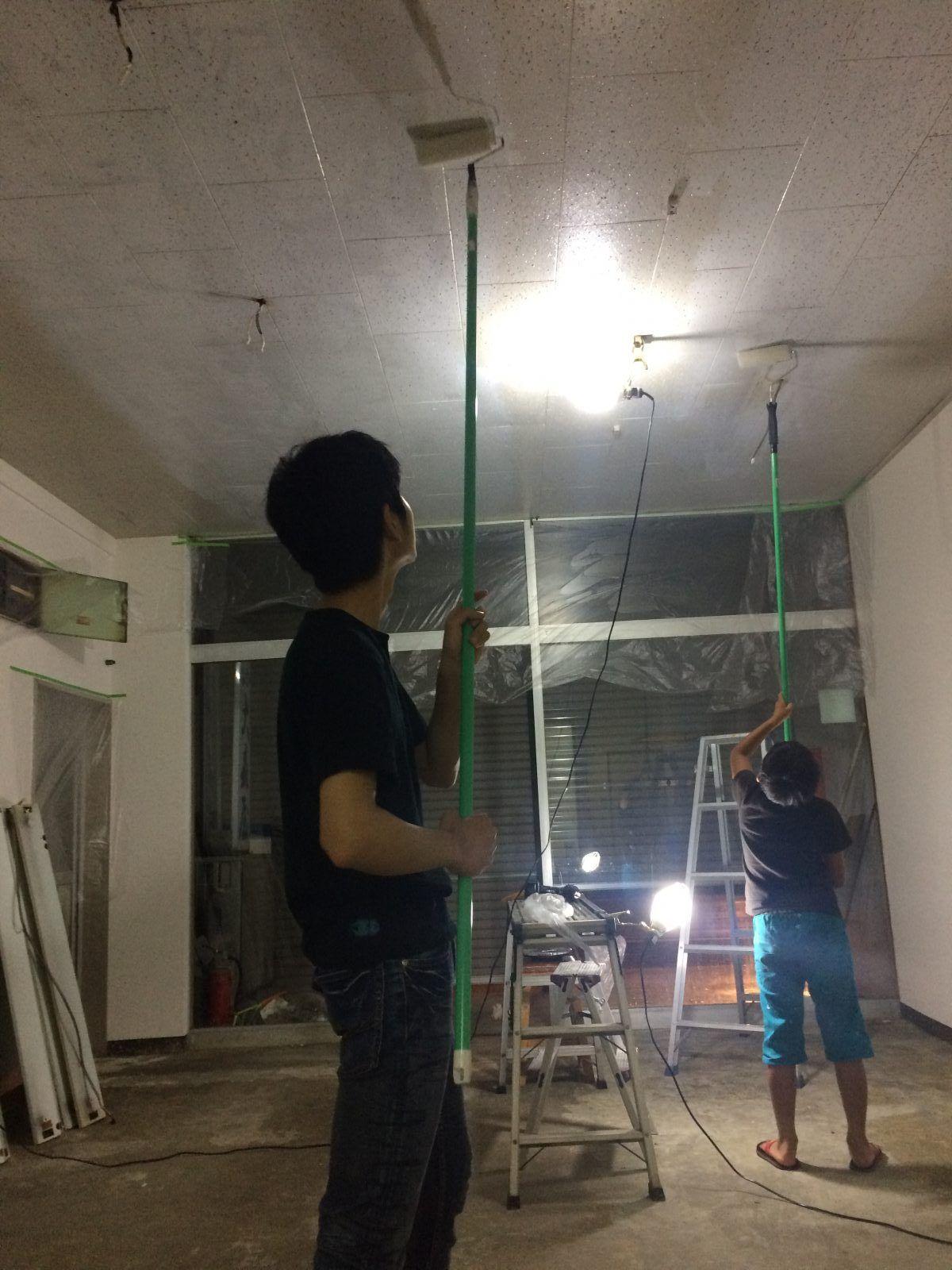 天井塗装中