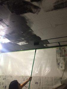 天井 黒塗り