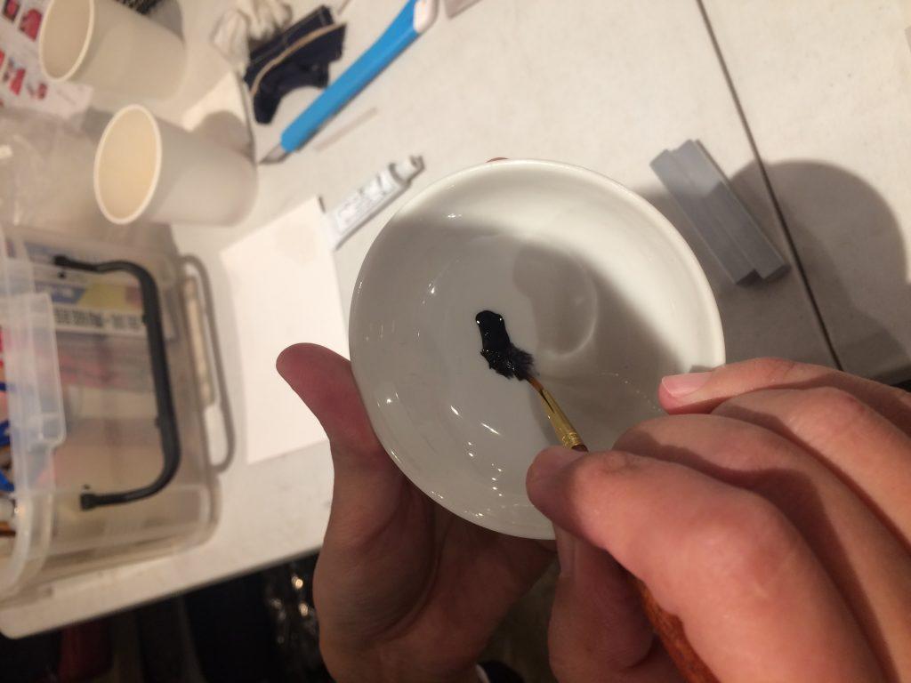 銀粉には黒漆を使用します。