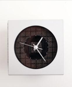 漆の技法である蒟醤を施した時計